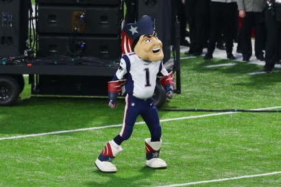 video-jugador-taclea-a-mascota-de-patriots-y-lo-enva-al-hospital
