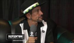 Roco Pachukote firma la guitarra de El Reventón