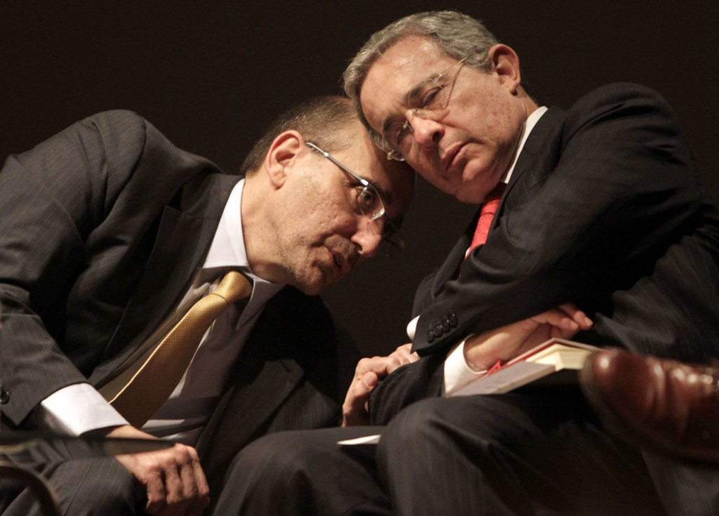 El expresidente Uribe presenta una novela paraguaya sobre la dictadura ...