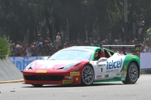 Esteban Gutiérrez pasea su monoplaza Ferrari por las calles de México