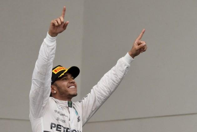 Hamilton aprovechó su primera bola de partido y logró tercer título Mundial