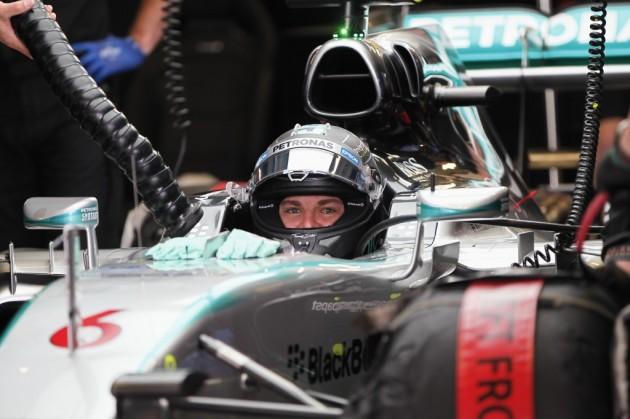 Rosberg domina el segundo ensayo marcado por lluvia y una pista deslizante