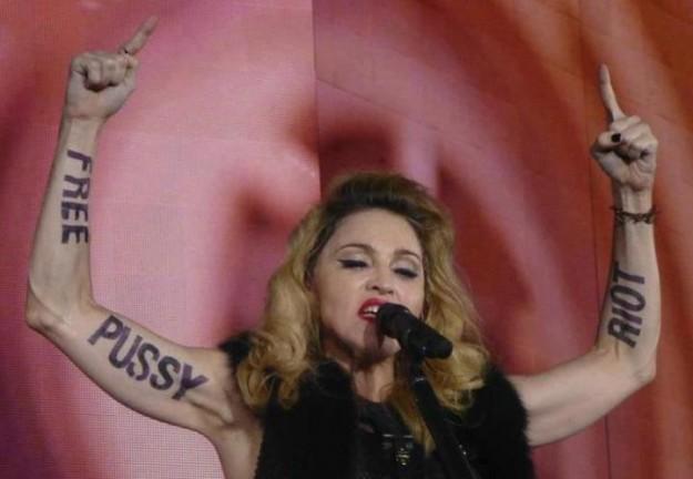 1391106940-DESUPERESTRELLA-Pussy-Riot-Madonna-Arms