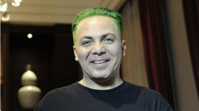 cristian-castro-impone-moda-con-cabellera-verde